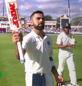virat-kohli-raises-bat-to-acknowledge-applause-in-test-match