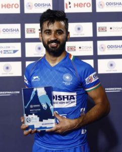 hockey-captain-manpreet-singh-posing-woth-award