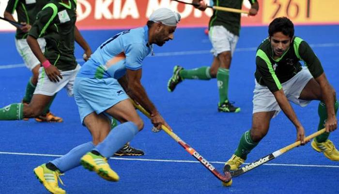 mandeep-singh-dribbling-past-pakistani-hockey-players
