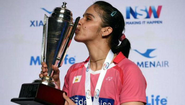 saina-nehwal-kissing-tournament-trophy-won-by-her