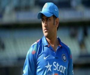 dhoni-looking-around-at-the-field-at-an-odi-match