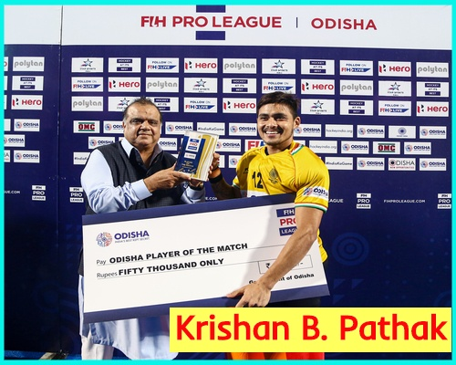 Indian-hockey-goalkeeper-krishan-b-pathak-receiving-award