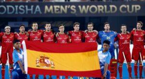 spanish-hockey-player-Ricardo-Sanchez -with-teammates