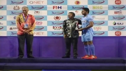 indian-hockey-player-harmanpreet-singh-accepting-award-on-stage